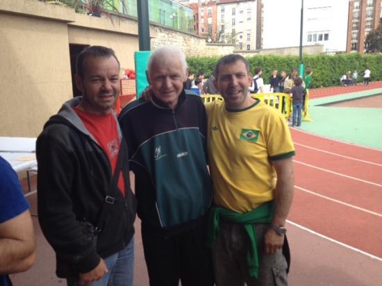 Gérard, éducateur emblématique du FCSM entouré de deux vétérans